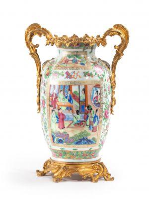 CANTON  Vase de forme ovoïde en porcelaine...
