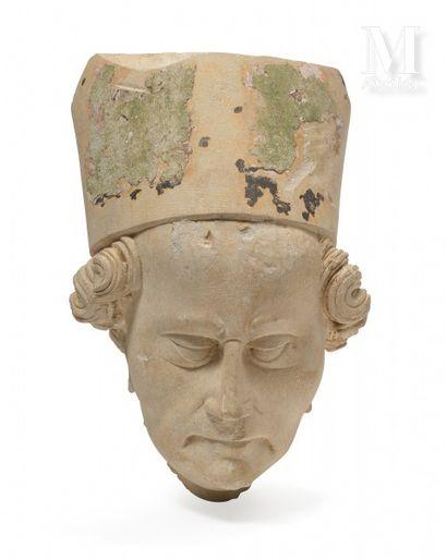 NORMANDIE, vers 1400  Tête d'évêque  Pierre de Caen avec traces de polychromie  H...