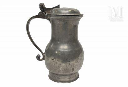 SEDAN milieu XVIIIème siècle Pichet balustre en étain à base cylindrique, anse à...