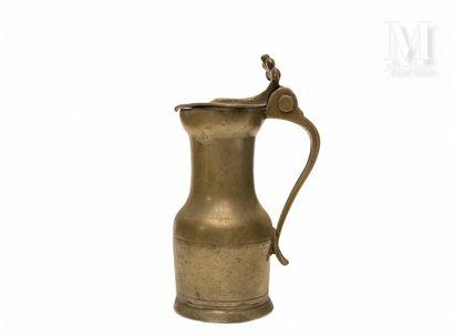 SAINT FLORENTIN XVIIIème siècle Pichet en étain, à épaulement, pied évasé, gobelet...