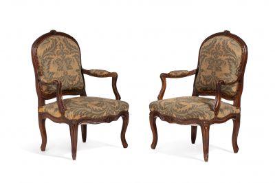 Paire de fauteuils en hêtre mouluré et sculpté...