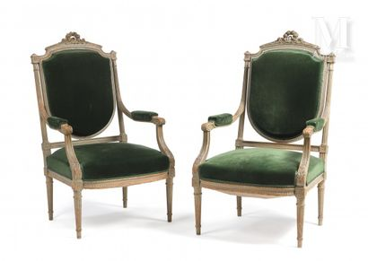 Paire de fauteuils en bois laqué vert amande,...