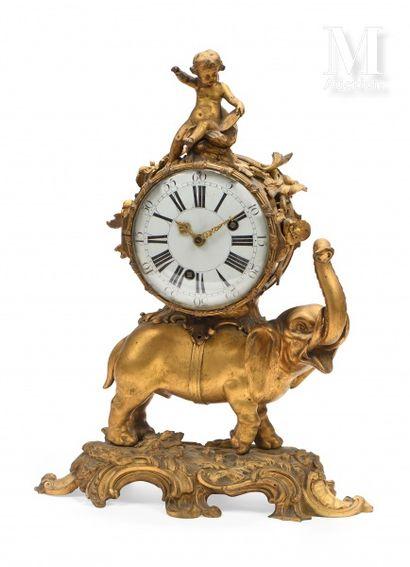 Pendule à l'éléphant, trompe levée, en bronze...