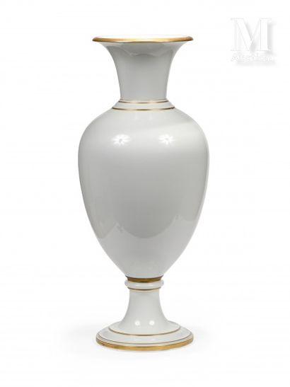 SEVRES  Monumental vase de forme balustre...
