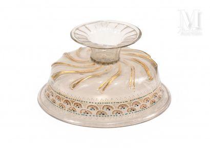 Coupe à piédouche en verre transparent, la base à cannelures torses. Elle est décorée,...