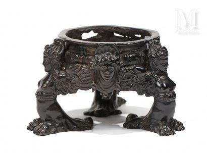 Encrier tripode en bronze à patine brune, constitué d'une cuve circulaire godronnée...