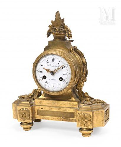 Pendule en bronze ciselé et doré, le mouvement...