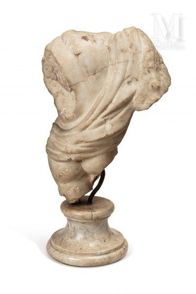 Buste acéphale d'enfant Peut-être un Hercule ?  En torsion sur la gauche  Un drapé...