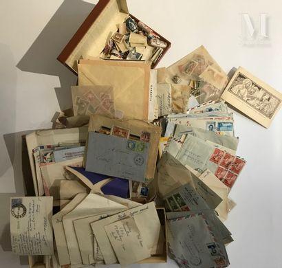 Une grande valise de timbres et courrier anciens.