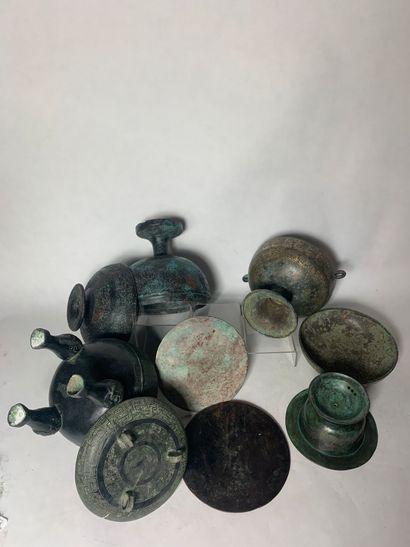 CHINE, Dans le style archaïque, XXe siècle Ensemble de sept eléments de vaisselle...