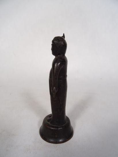 JAPON XIXème, Statuette en bronze  représentant une divinité le bras levé  H : 13...