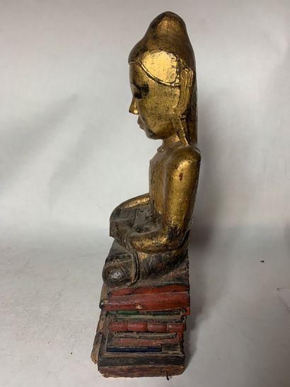 BIRMANIE, XXe siècle Bouddha en bois laqué et doré  représenté assis en padamasana,...