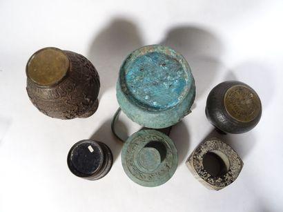 CHINE, XXe siècle Ensemble de cinq pièces en bronze  Comprenant un vase de style...