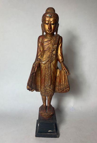 Thaïlande, XXe siècle Statuette de Bouddha en bois doré et laqué  Hauteur : 68 cm...