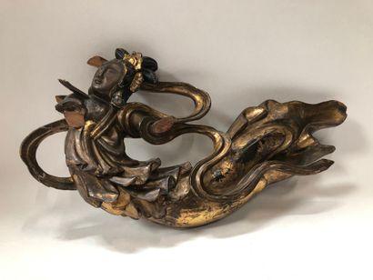 CHINE du Sud, XIXe siècle Elément de boiserie  sculpté et doré à décor de divinité....