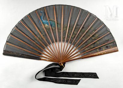 Le paon, vers 1890-1900 Éventail plié, la feuille en gaze noire peinte d'un paon...