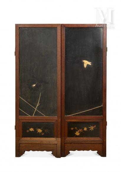 JAPON, époque Meiji Paravent en laque à trois panneaux à décor double face en incrustations...