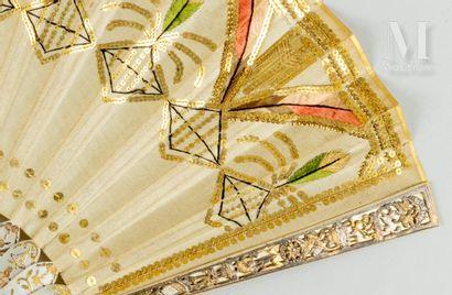 Esprit Empire, vers 1910 Esprit Empire, vers 1910  Éventail plié, la feuille en soie...