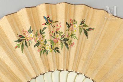 Broderie colorée, Chine, XIXe siècle Éventail plié, la feuille double en soie crème...