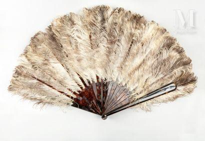 Grand éventail en plumes d'autruches, vers 1890 Grand éventail en plumes d'autruches,...