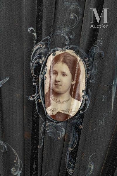 Souvenir de famille, vers 1890 Souvenir de famille, vers 1890  Rare éventail plié,...