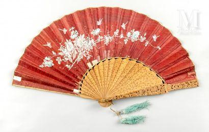 Asymétrique, Chine, XIXe siècle Asymétrique, Chine, XIXe siècle  Éventail plié, à...