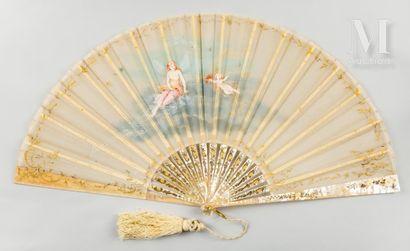 L'amour et les papillons, vers 1890 Éventail plié, la feuille en gaze peinte d'un...
