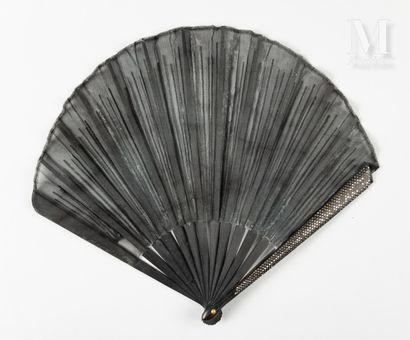 Rayons d'argent, vers 1900 Rayons d'argent, vers 1900  Éventail plié, de forme ballon,...