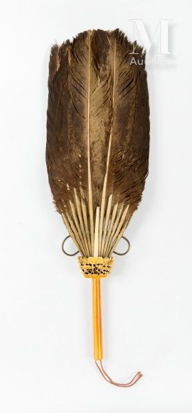Chine, Ecole de Canton, XIXe siècle Eventail en plumes d'autruche monté sur un manche...