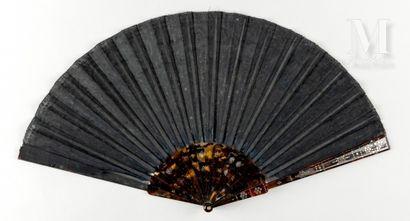 Paillettes esprit Empire, vers 1900 Éventail plié, la feuille en soie noire brodée...