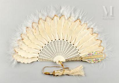Pour Agathe, vers 1860 Éventail à palmettes de soie festonnées et ornées de plumes...
