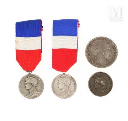 Lot de médailles et billets