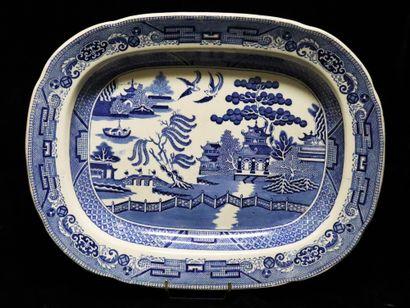 Grand plat en céramique à décor imprimé bleu...