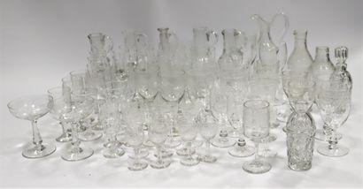 Lot de nombreux verres dépareillés comprenant...