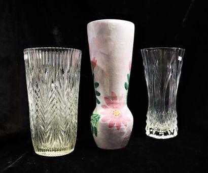 Lot de vases en faïence et verre de style...