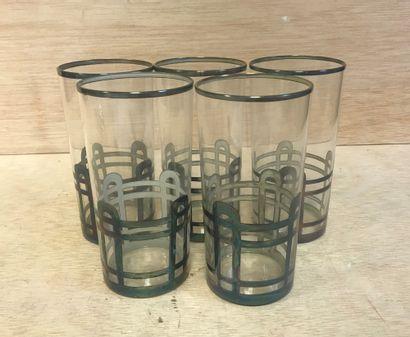 Lot de cinq verres avec une monture en métal...