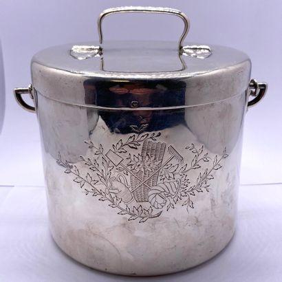 Pot couvert en argent uni à décor rustique...