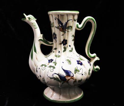 Pichet en porcelaine godronnée à décor polychromé...