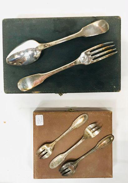 Ensemble en métal argenté comprenant :