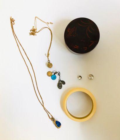 Ensemble de bijoux fantaisie et divers comprenant :