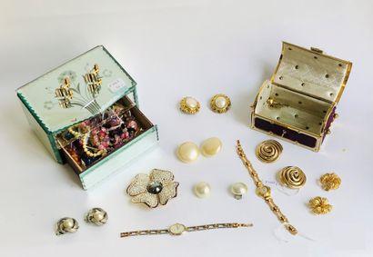 Ensemble de bijoux fantaisie divers et variés dont :
