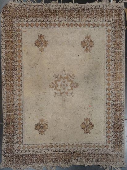 MAROC  Tapis à fond beige  290 x 210 cm  En...