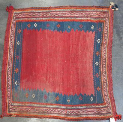 KILIM  Petit tapis rectangulaire à fond rouge...
