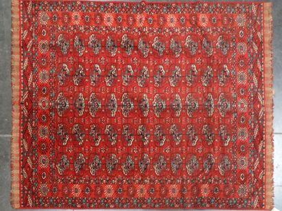 TAPIS Mécanique  à fond rouge  275 x 190...