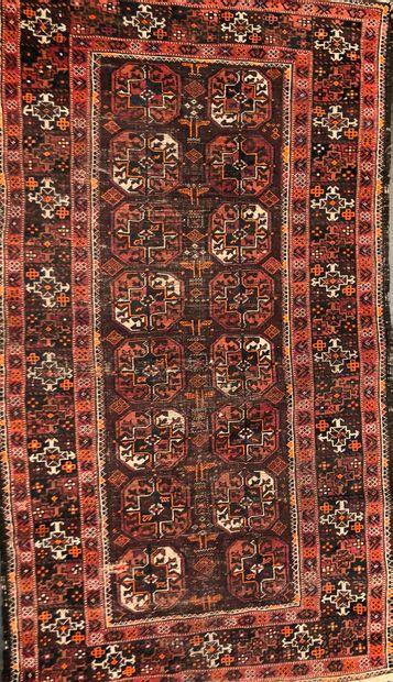 BOUKHARA  Tapis à fond brun à décor de guhls...
