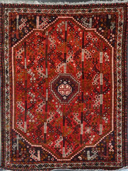 CHIRAZ  Tapis sur fond rouge  275 x 190 cm...