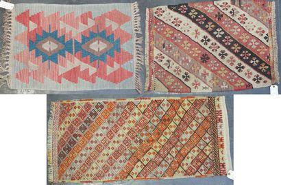 KILIM  Reunion de trois petits tapis kilim...