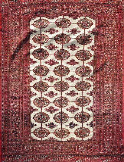 TURKMENISTAN  Tapis à bordure rouge sur fond...