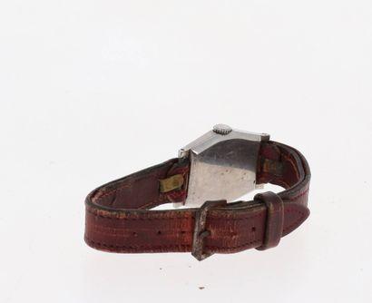OMEGA Vers 1940  Montre en acier staybrite sur bracelet cuir. Cadran crème, chiffres...