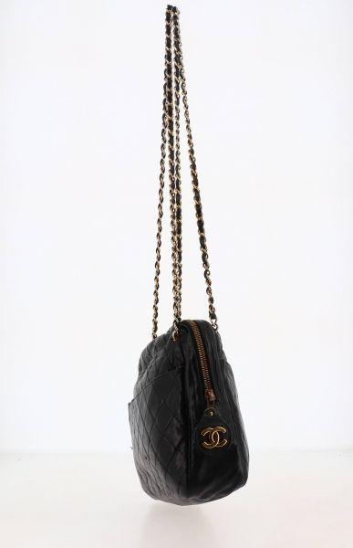 CHANEL - 1980/90's Sac  en cuir matelassé noir, garnitures métal doré  29 x 21 x...